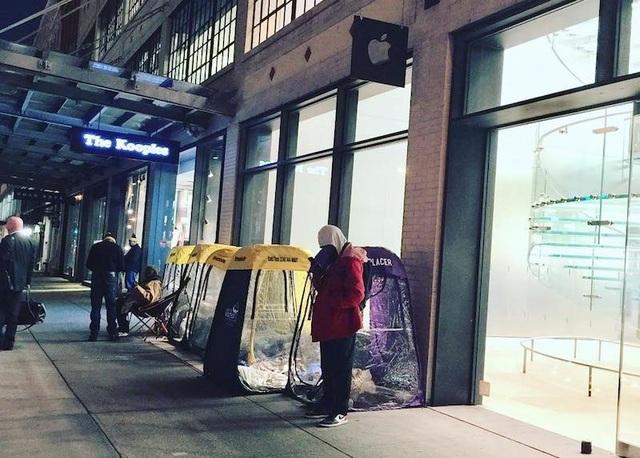 Tại Mỹ, người ta dựng các lều ngủ ngay bên cạnh Apple Store để qua đêm.