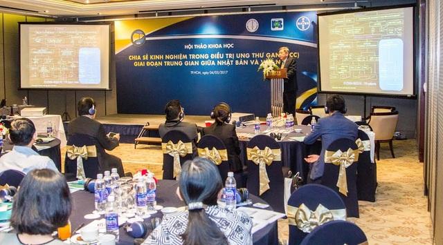 BS. CKII Nguyễn Đình Song Huy, Phó Giám đốc Trung tâm Ung bướu, Trưởng khoa U gan Bệnh viện Chợ Rẫy báo cáo tại hội thảo, chia sẻ kinh nghiệm thực tế điều trị cho bệnh nhân tại bệnh viện Chợ Rẫy