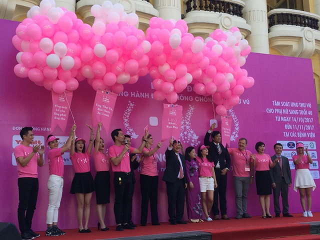 Lãnh đạo Bộ Y tế, Quỹ Ngày mai tươi sáng cùng các nghệ sĩ cùng thực hiện nghi thức Khởi động chiến dịch khám tầm soát ung thư vú (Ảnh: N.Hà)
