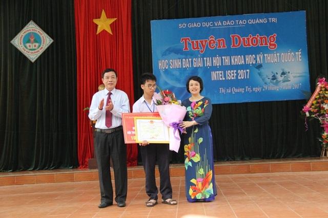 Ông Mai Thức, Phó Chủ tịch UBND tỉnh Quảng Trị và lãnh đạo Ban tuyên giáo tặng Bằng khen và chức mừng em Huy