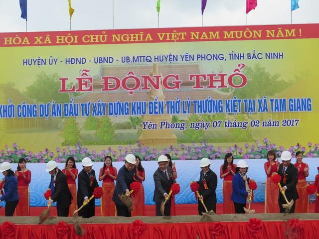 Thượng tướng Tô Lâm (người đội mũ trắng thứ tư từ trái qua) cùng các vị đại biểu làm lễ động thổ.