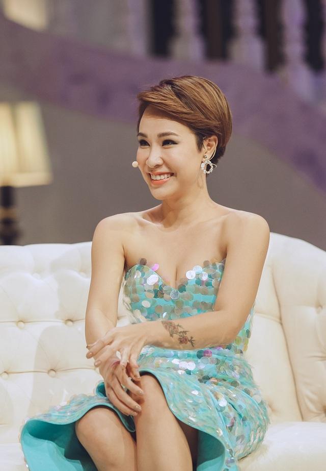 Nhắc về mối tình đẹp cùng Dũng Đà Lạt, Uyên Linh cho biết, càng yêu vị nhạc sĩ tài ba này, cô càng cảm thấy nhiều điều thú vị.