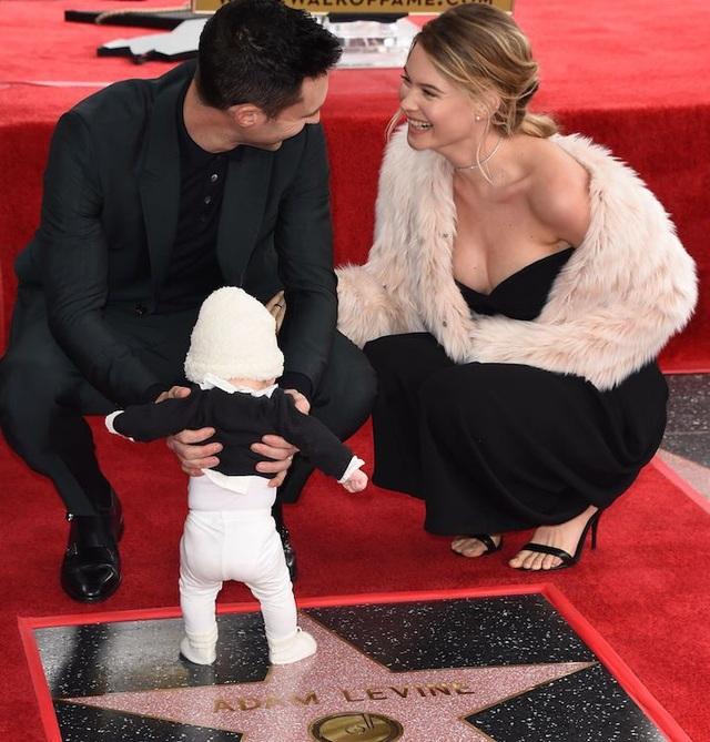 Siêu mẫu cao 1,78m kết hôn với thành viên nhóm Maroon 5 - Adam Levine,vào tháng 7/2014 và sau đó 2 năm, cô sinh con gái đầu lòng. Siêu mẫu đình đám gợi cảm và quyến rũ hơn bao giờ hết từ khi lên chức mẹ