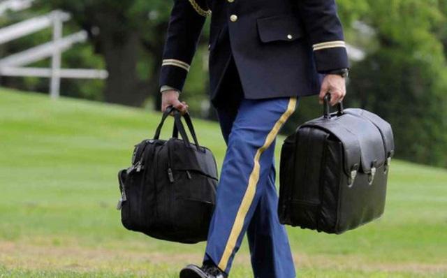 Chiếc vali hạt nhân luôn đi cùng Tổng thống Mỹ. (Ảnh: AFP)
