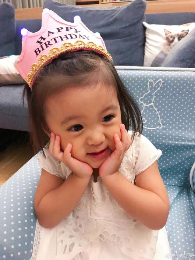 Con gái lớn của Giả Tịnh Văn và Kiệt Khải khá giống mẹ. Cô bé cũng yêu nghệ thuật và thích làm dáng chụp ảnh.