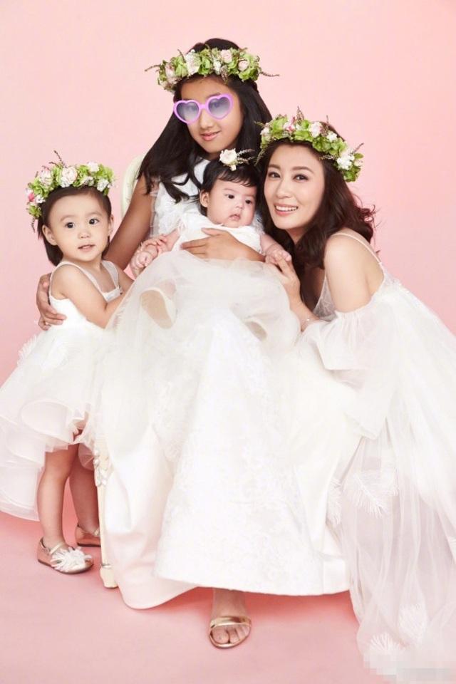Ngày 12/9 vừa rồi, Giả Tịnh Văn đã đăng tải hình ảnh cô chụp cùng ba cô con gái cưng. Ngôi sao nổi tiếng của màn ảnh xứ Đài trông thật hạnh phúc khi ở bên ba công chúa nhỏ. Giả Tịnh Văn có hai đời chồng.