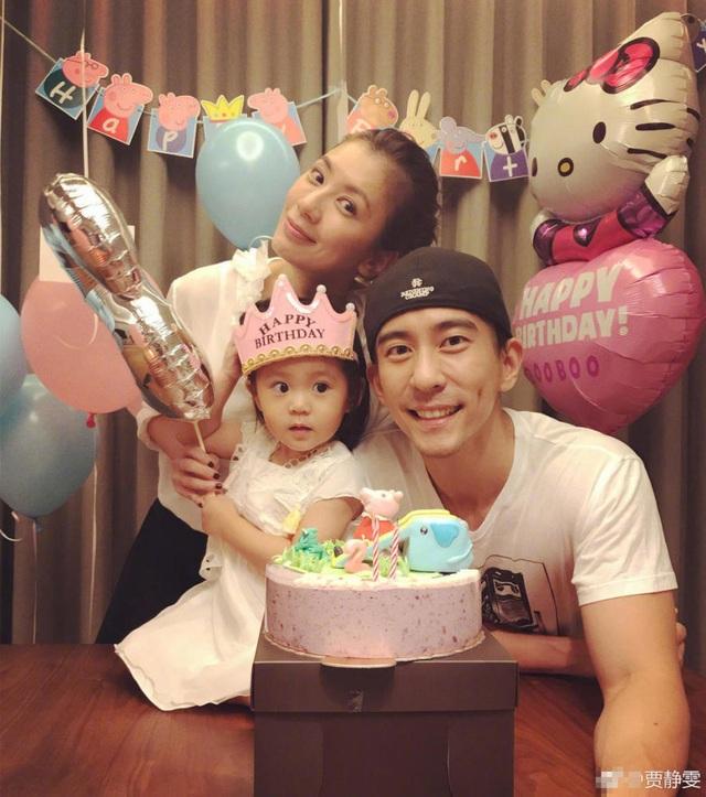 Giải Tịnh Văn và Tu Kiệt Khải vừa tổ chức sinh nhật lần thứ 2 cho con gái vào tối 15/8. Cặp đôi khoe ảnh gia đình trên trang cá nhân để chia vui với người hâm mộ.