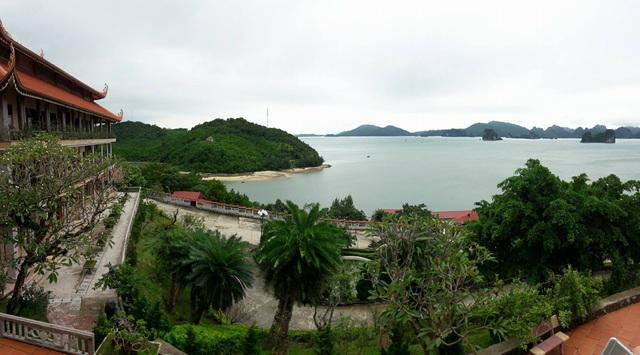 Vịnh Bái Tử Long nhìn từ chùa Cái Bàu, huyện đảo Vân Đồn