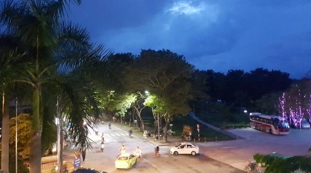 TP Huế được cho là khá tối về đêm do đèn chiếu sáng ít