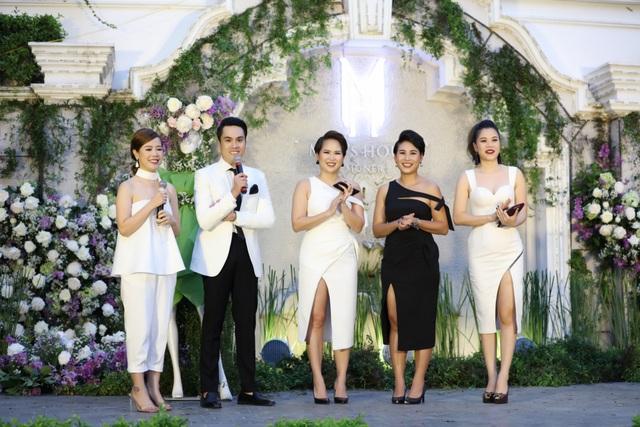 Sau đó, Mỹ Dung (ngoài cùng bên phải) còn thay một chiếc đầm trắng khoét sâu khoe vòng 1 và xẻ cao khoe đôi chân.