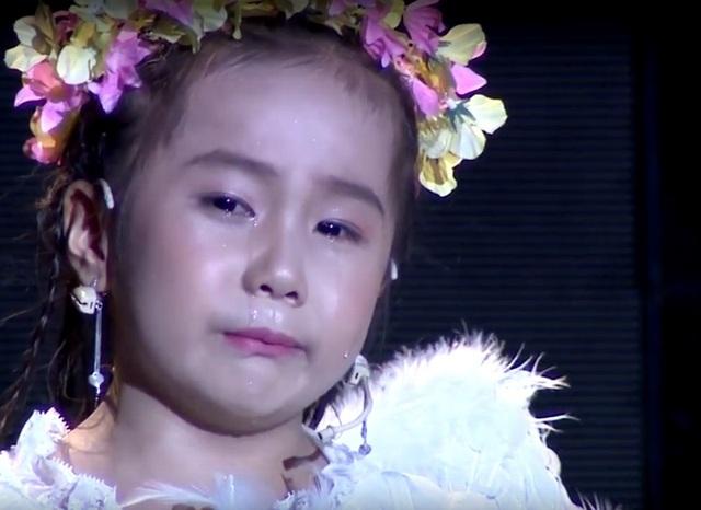 Cô bé Vĩ Dạ làm cho khán giả cùng giám khảo xúc động nghẹn ngào khi vừa đọc bức thư gửi mẹ trên thiên đường vừa khóc nức nở.