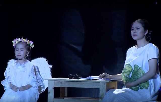Vân Trang và bé Vĩ Dạ nhập tâm trên sân khấu.