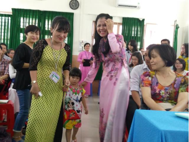 Con gái cô Hường bí mật được đón từ Nghệ An vào xuất hiện dưới hội trường...