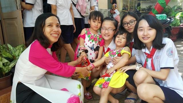 Ba mẹ con cô Hường cùng một số bạn học sinh trong nhóm thực hiện dự án về cuộc đời của cô