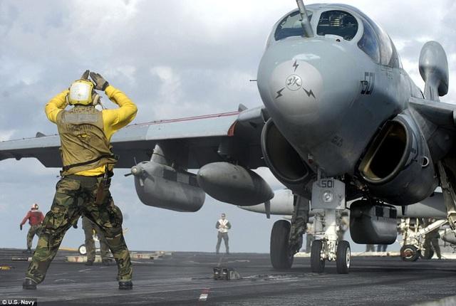 Những thủy thủ phụ trách điều hướng máy bay, quản lý trang thiết bị thường mặc màu vàng.