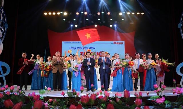 Đại diện lãnh đạo Đảng, Nhà nước, Chính phủ cùng nhiều Bộ, ban ngành đã đến thưởng thức đêm nhạc và tặng hoa cho BTC, nghệ sĩ.