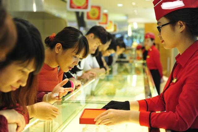 Ngày vía Thần Tài, giá vàng khá biến động, do đó nhiều người đặt mua vàng sớm để tránh chịu biến động giá.