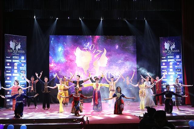 Màn trình diễn đậm màu sắc Đại học Văn hóa với trang phục các dân tộc của 9 cặp đôi.