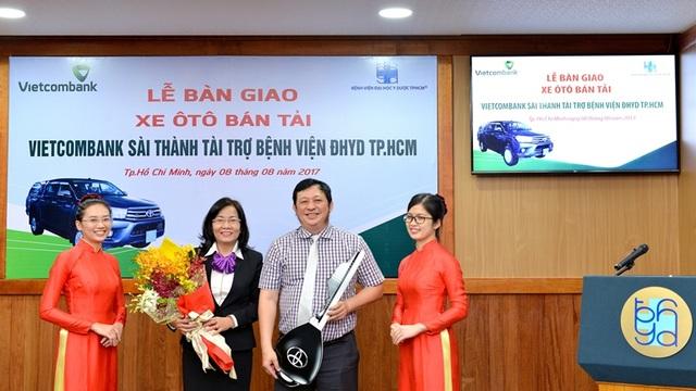 Bà Lê Thị Thanh Tâm – Giám đốc Vietcombank Sài Thành (thứ 2 từ trái sang) thực hiện trao chìa khóa, bàn giao xe cho Ban Giám đốc Bệnh viện ĐHYD TP.HCM