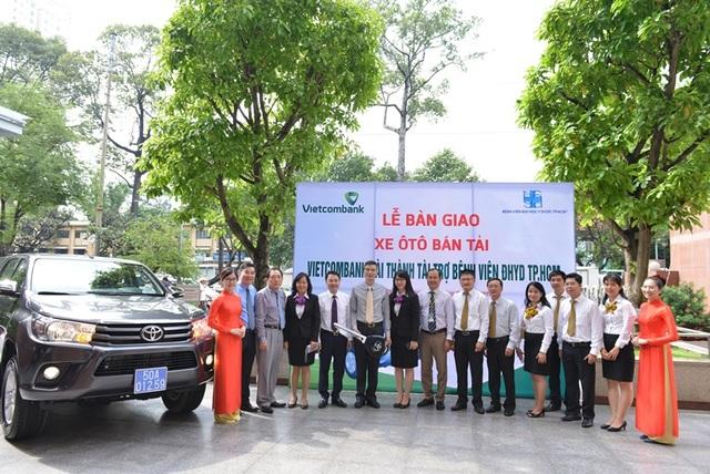 Lãnh đạo Vietcombank và lãnh đạo Bệnh viện Đại học Y Dược TP.HCM chụp hình lưu niệm tại buổi lễ bàn giao xe