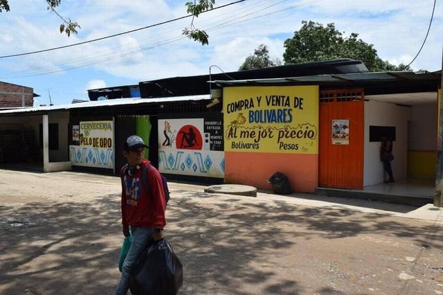 Các quán bar và nhà chứa nằm trên phố ở Arauca, Colombia. Những người làm trong ngành công nghiệp tình dục, nói rằng hầu hết các gái mại dâm ở đây đều đến từ Venezuela, một dấu hiệu cho thấy cuộc khủng hoảng kinh tế sâu rộng của đất nước này. (Nguồn: Jim Wyss, Miami Herald)