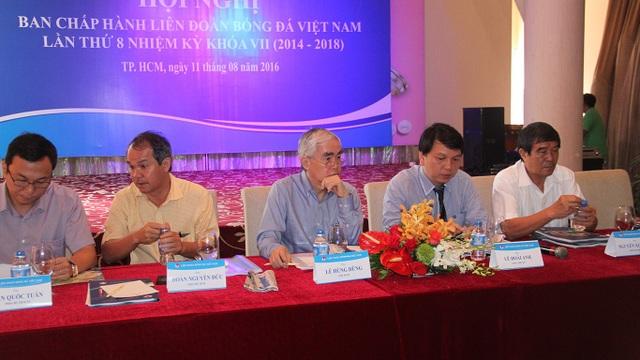 Chủ tịch VFF Lê Hùng Dũng (thứ 3 từ trái sang) không đảm bảo sức khoẻ trong phần lớn nhiệm kỳ 7, VFF thiếu người cầm lái