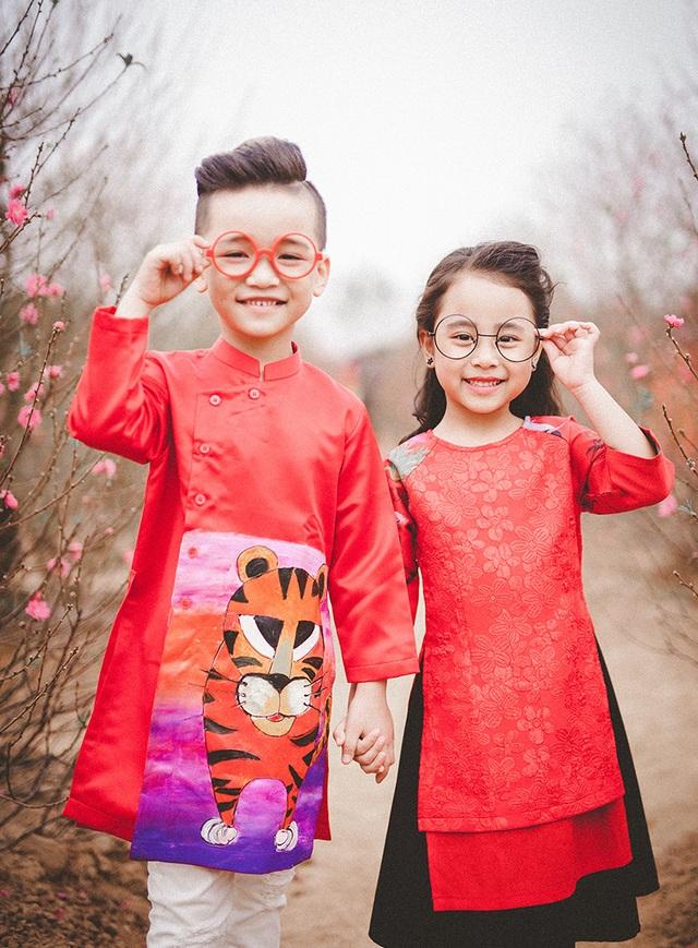 Cặp mẫu nhí sành điệu với áo dài cách tân - 12