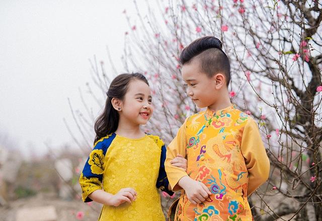 Cặp mẫu nhí sành điệu với áo dài cách tân - 10