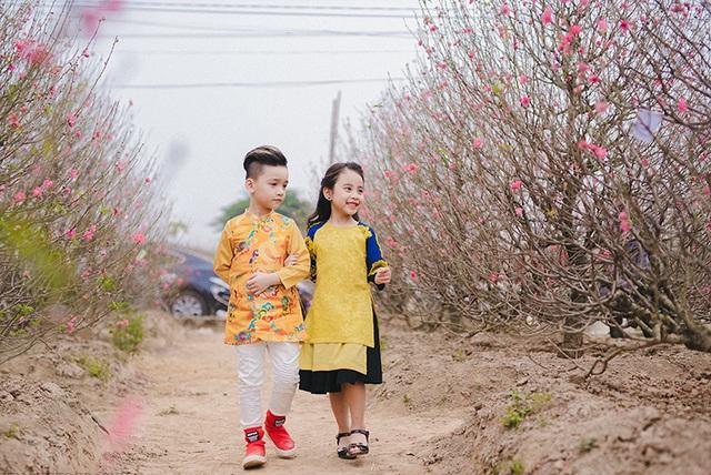 Cặp mẫu nhí sành điệu với áo dài cách tân - 9