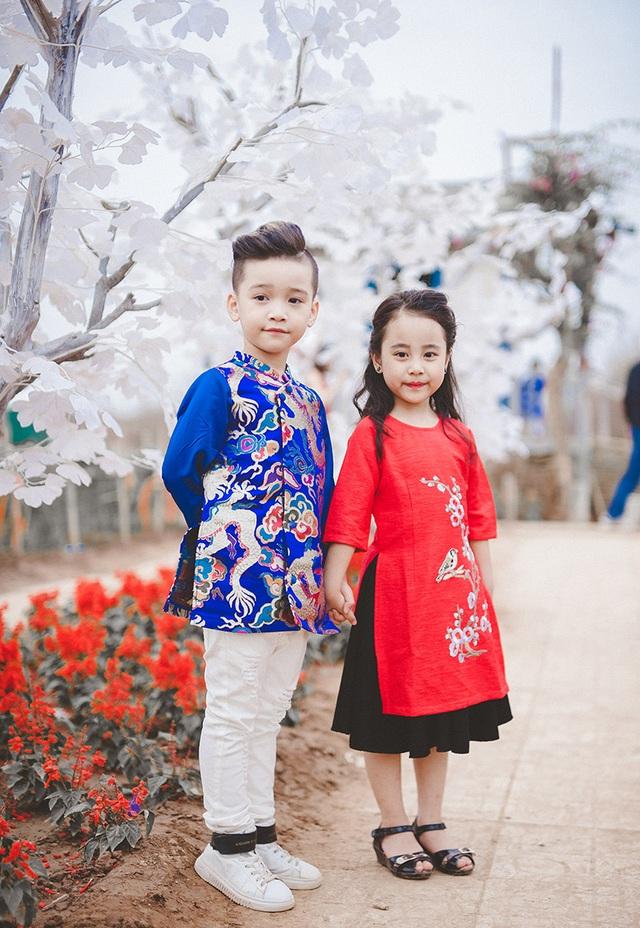 Cặp mẫu nhí Cao Hữu Nhật (sinh năm 2010) và Trần Lê Bảo Vy (sinh năm 2011) vừa có chuyến đổ bộ vườn đào Nhật Tân.