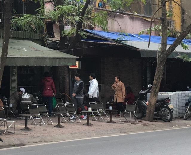 Chiếm dụng vỉa hè để kinh doanh hàng quán, người đi bộ không có chỗ để đi.