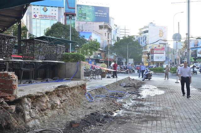 Dãy bồn hoa rộng 1,5 mét, dài hơn 10 mét xây lấn chiếm vỉa hè quanh khách sạn New World đã được đập bỏ theo đúng cam kết là 3 ngày