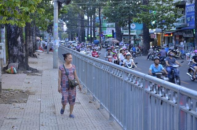 Dải phân cách bằng thép bảo vệ người đi bộ được lắp đặt gần 2 tháng nay