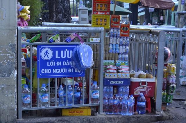 Tại các lối ra vào, người dân buôn bán chất kín hàng hóa khiến người đi bộ không thể chen chân vào