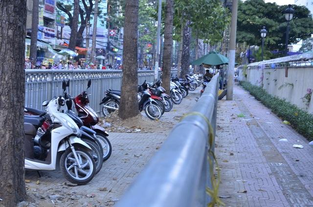 Ở 2 tuyến đường Thuận Kiều và Nguyễn Chí Thanh, cơ quan chức năng rào ra sát lòng đường, lấy vỉa hè làm bãi giữ xe máy, một phần nhỏ bên trong dành cho người đi bộ.