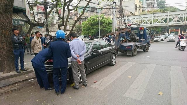 Một chiếc xe ô tô khác đỗ sai quy định trên phố Cửa Đông cũng bị lực lượng chức năng lập biên bản.
