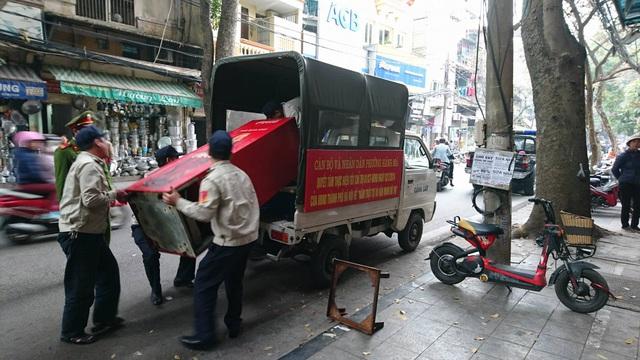 Đưa một tủ lạnh trên phố Hàng Lược về phường