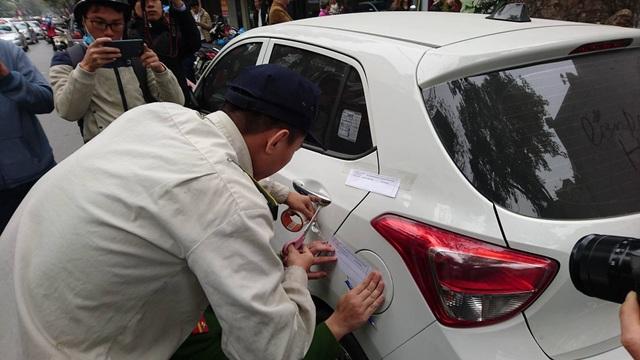 Hà Nội: Cẩu ô tô đỗ sai quy định, phạt các hộ cố tình lấn vỉa hè - 13