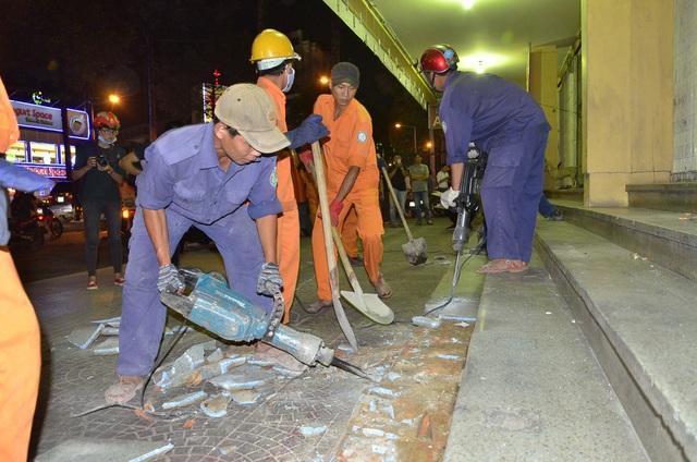 Sau đó bậc thềm lên xuống của rạp Nguyễn Văn Hảo (nay đổi tên thành rạp Công Nhân) đã bị đập bỏ