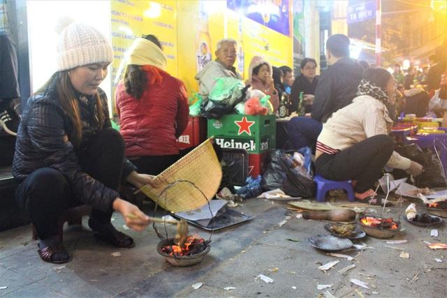 Chỉ với chiếc bếp than hoa nhỏ cùng chiếc quạt nan, mỗi tối, những người bán mực nướng thu về 4 – 6 triệu đồng. (Ảnh: Hồng Vân)