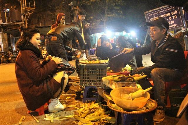 Một quán ngô, khoai nướng thu khoảng 200.000 – 400.000 đồng/ngày. (Ảnh: Hồng Vân)