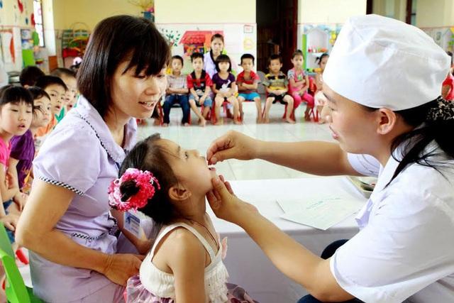 Bổ sung vitamin A cho trẻ nhỏ mỗi năm 2 lần để phòng ngừa thiếu vitamin A.