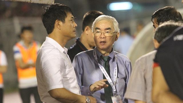 Nhân vật đã vắng bóng trong các sự kiện của bóng đá Việt Nam đã quá lâu: Chủ tịch VFF Lê Hùng Dũng chúc mừng HLV Nguyễn Hữu Thắng vì vé vào VCK giải châu Á, ở cuối trận