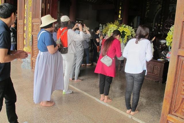 Việc cho du khách mượn trang phục để tránh ăn mặc phản cảm nơi tôn nghiêm