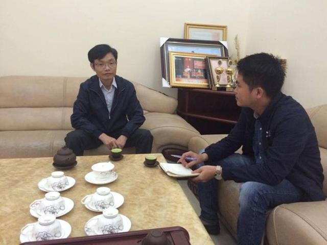 Ông Trần Danh Việt, Giám đốc Viễn thông Hà Tĩnh (trái) rất lấy làm tiếc khi sự việc đau lòng xảy ra với cháu Sang, đồng thời khẳng định sẽ xử lý nghiêm những người liên quan đến vụ việc