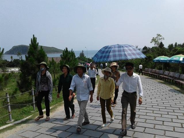 Người dân đến dâng hương, tri ân Đại tướng Võ Nguyên Giáp nhân dịp Kỷ niệm 63 năm Chiến thắng Điện Biên Phủ.