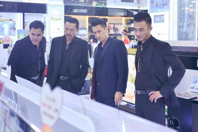 Các nam diễn viên phim Người phán xử tại một phiên đấu giá của siêu thị điện máy ở Ninh Bình. Ảnh: TTT.