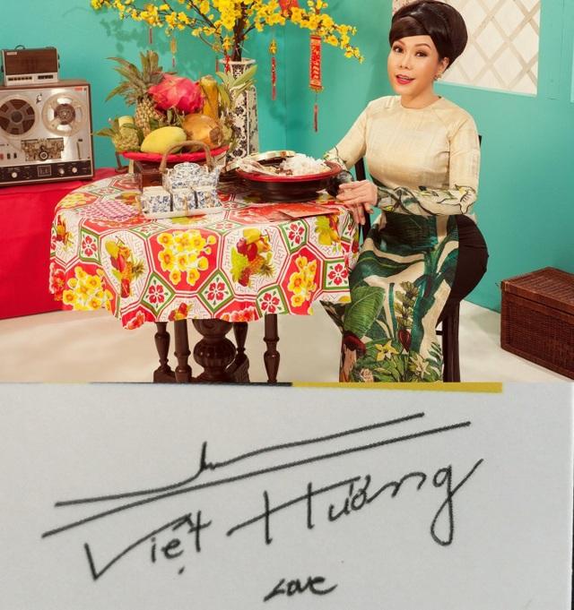 Danh hài Việt Hương có nét chữ phóng khoáng.