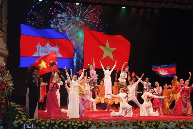 Chương trình văn nghệ chào mừng Lễ kỷ niệm 50 năm thiết lập quan hệ ngoại giao Việt Nam - Campuchia. (Ảnh: Thành Đạt)