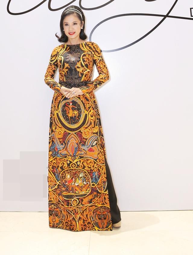 """Trên thảm đỏ """"Người đẹp Tây Đô"""" Việt Trinh với vẻ đẹp không tuổi đằm thắm trong bộ áo dài họa tiết đặc biệt."""